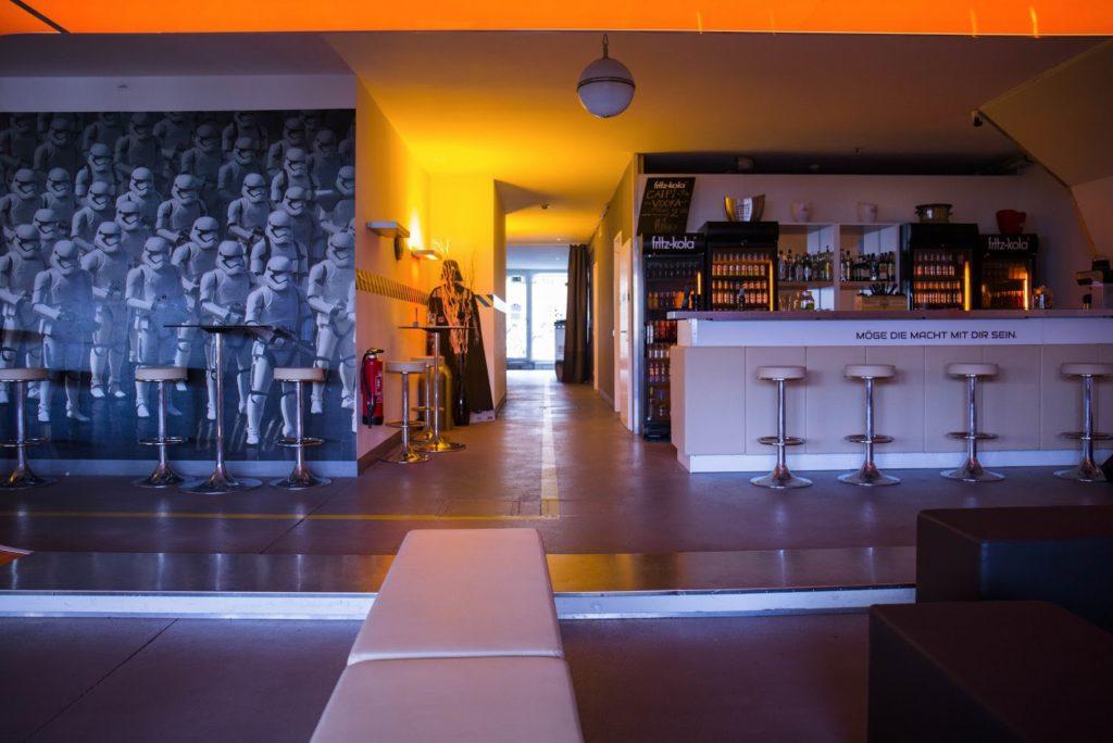 LaserLoft Lounge - Weitblick mit Bar und Gang zu Duschen
