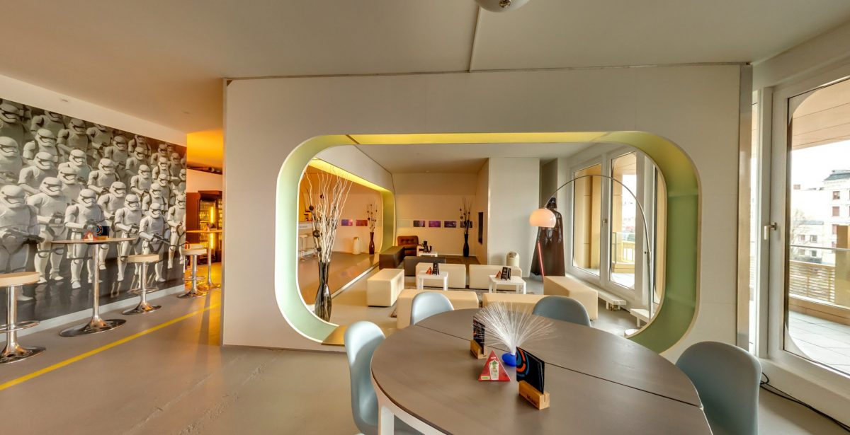 LaserLoft St. Pauli - Lounge mit Blick auf Balkon
